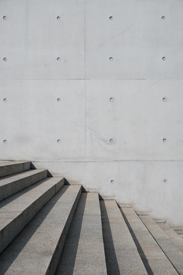 Utomhus- trappa och utsatt betongväggbakgrund - trappa, royaltyfria bilder