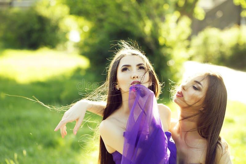 utomhus- två kvinnor royaltyfri foto