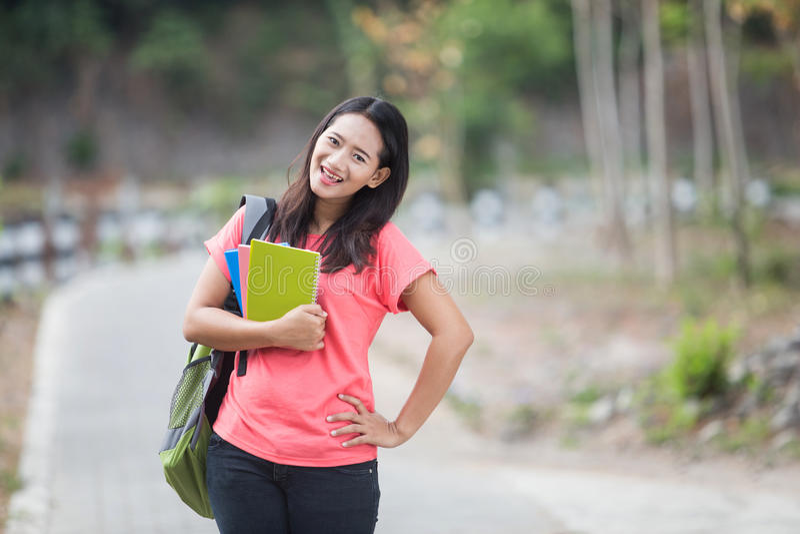 Utomhus- ung asiatisk student och att posera cutely till kameran arkivbilder