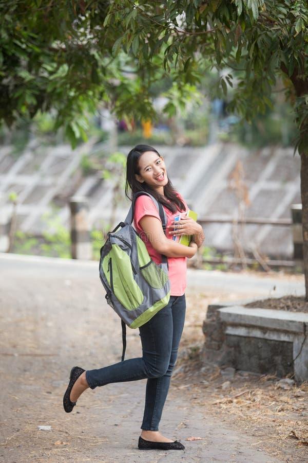 Utomhus- ung asiatisk student och att posera cutely till kameran royaltyfri foto