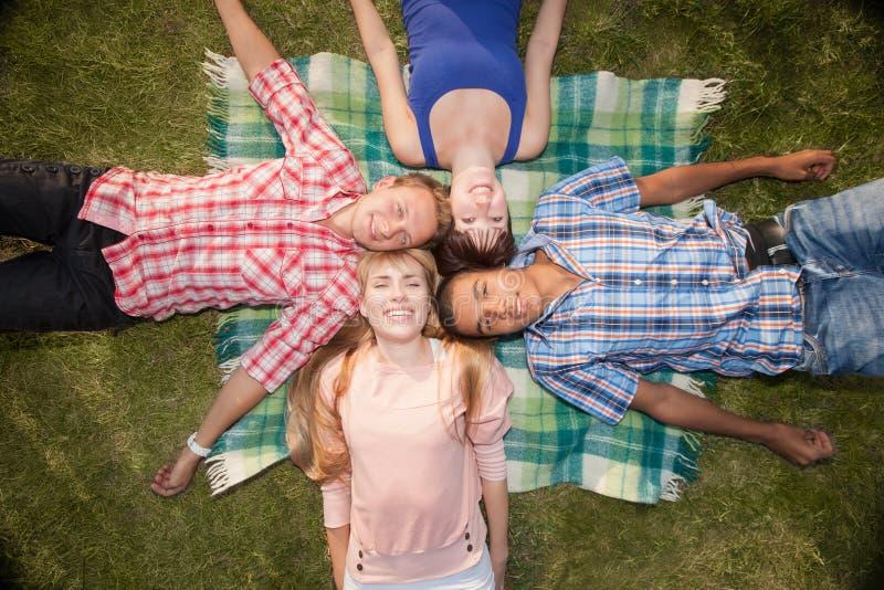Utomhus- ungt lyckligt folk royaltyfria foton