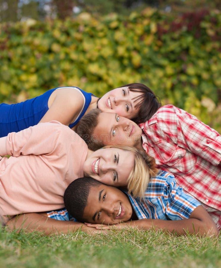 Utomhus- ungt lyckligt folk arkivfoton
