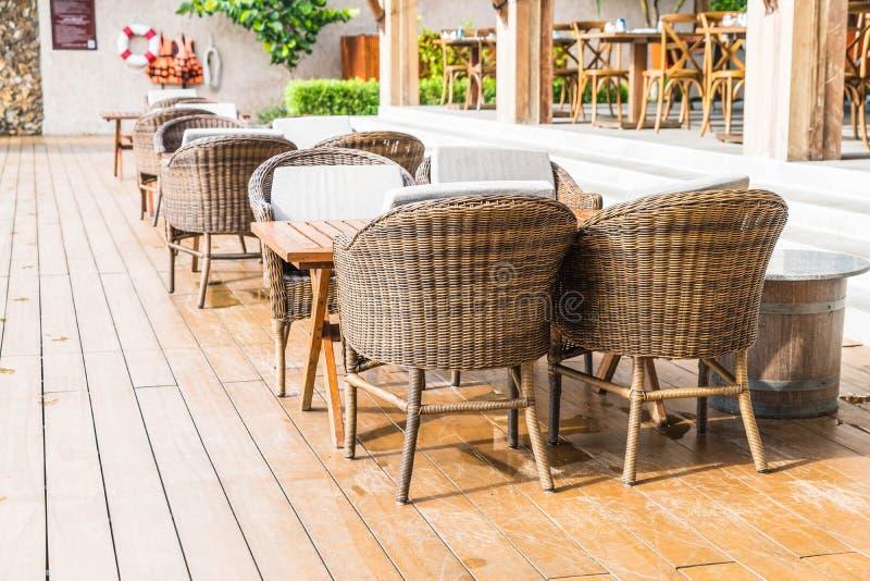 Utomhus- uteplats med den tomma stol och tabellen royaltyfri foto