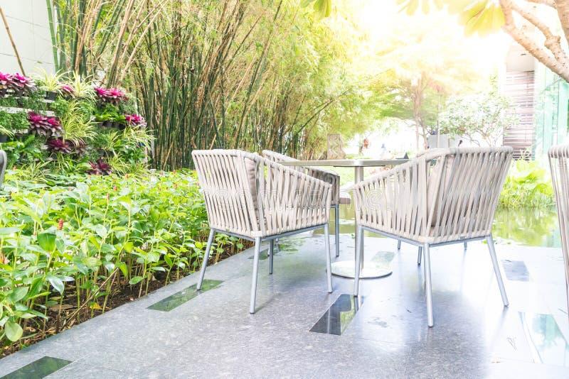 Utomhus- uteplats med den tomma stol och tabellen fotografering för bildbyråer