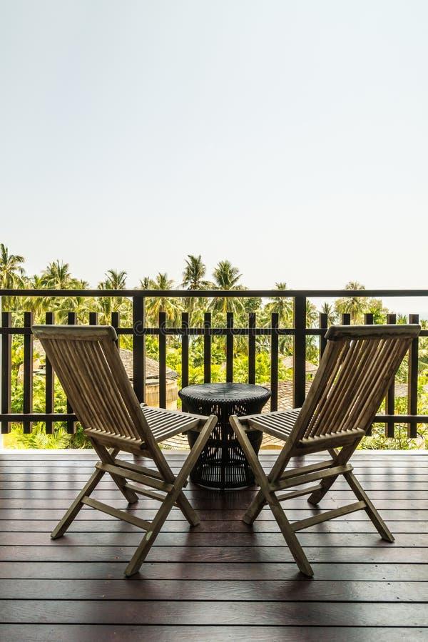 Utomhus- uteplats med tabellen och stol fotografering för bildbyråer