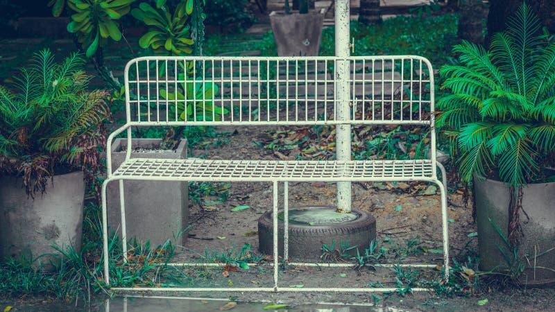 Utomhus- uteplatsstol för trädgårds- vit royaltyfri foto
