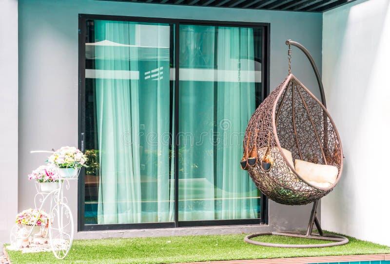 utomhus- uteplatsstol och tabell nära simbassängen royaltyfri bild
