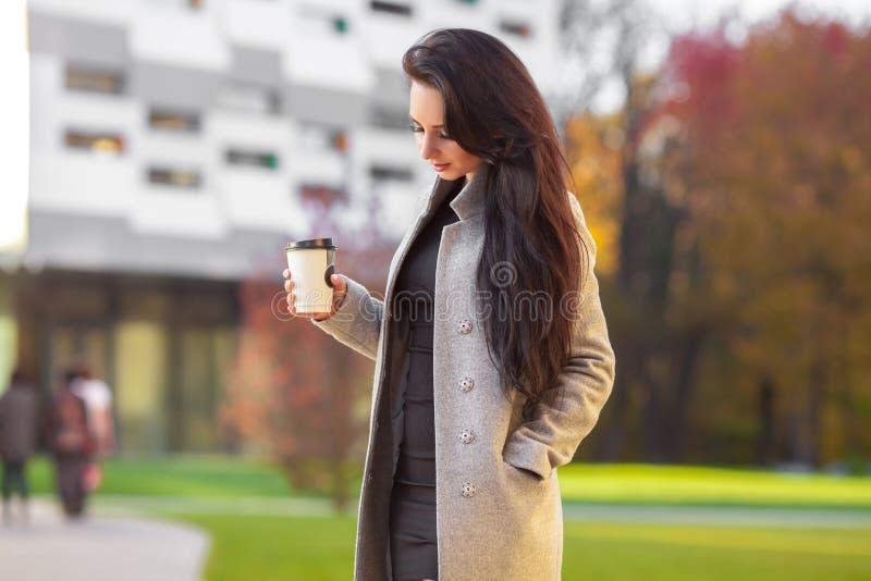 Utomhus uttrycker ståenden av den gladlynta härliga brunettkvinnan royaltyfria bilder