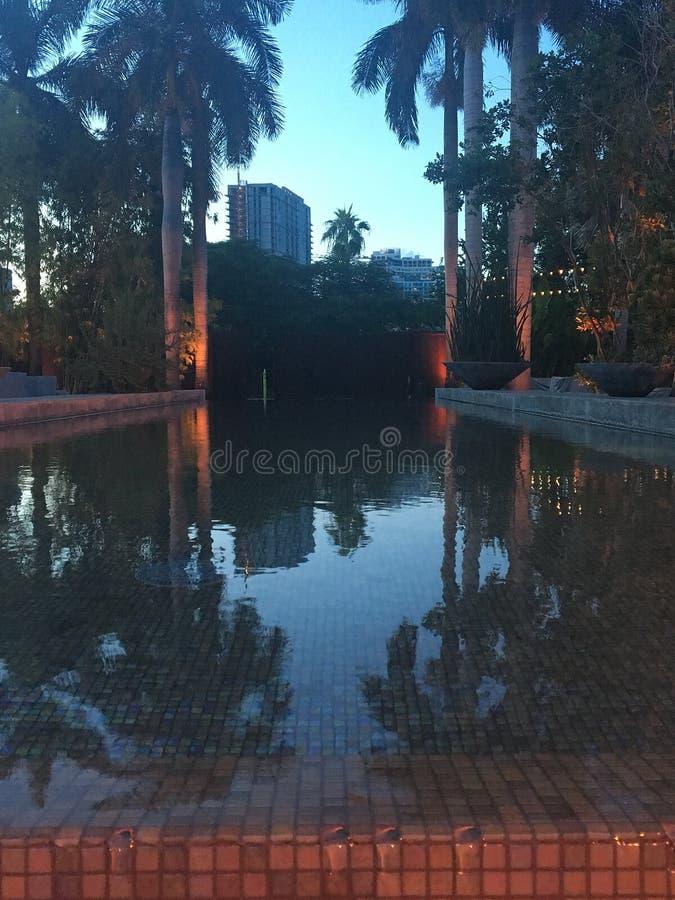 Utomhus- vattensärdrag på uteplats under solnedgång i tropiska Florida arkivfoton