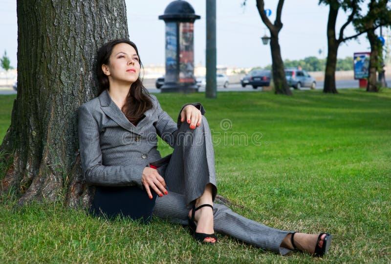 utomhus- vilande kvinna för affär royaltyfria bilder