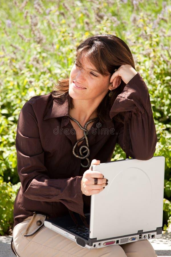 utomhus- working för affärskvinna arkivfoton