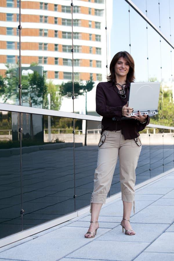utomhus- working för affärskvinna royaltyfri bild