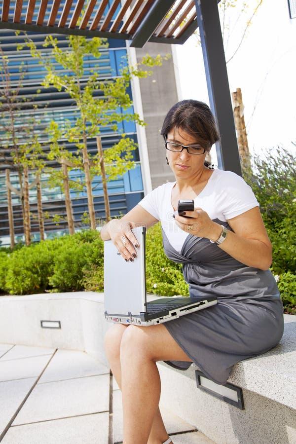 utomhus- working för affärskvinna arkivfoto