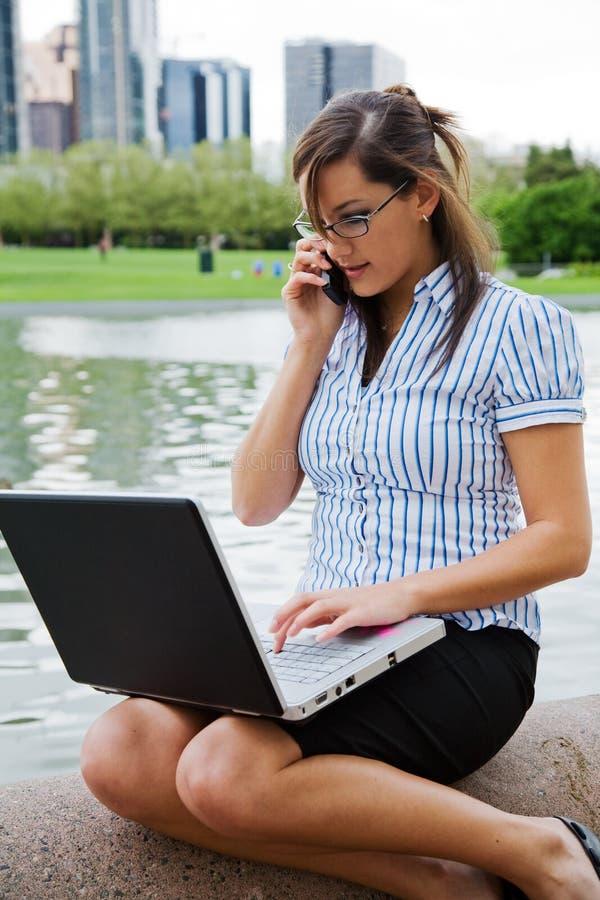 utomhus- working för affärskvinna fotografering för bildbyråer