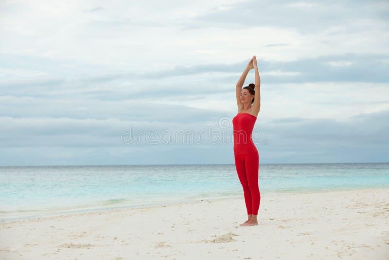 utomhus- yoga E Yogameditation i natur Begrepp av den sunda livsstilen och arkivbilder