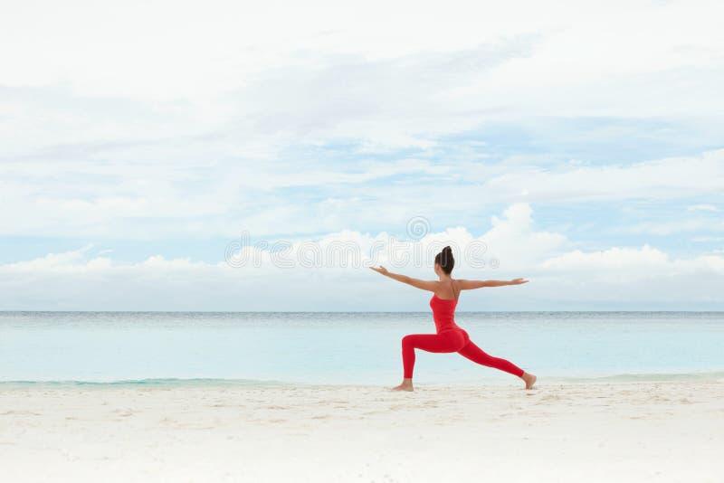 utomhus- yoga E Yogameditation i natur Begrepp av den sunda livsstilen och royaltyfria bilder