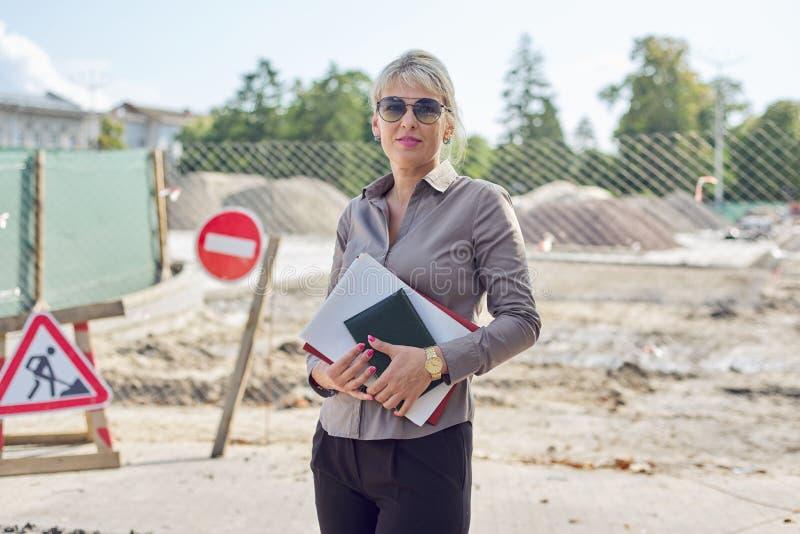 Utomhusporträtt av en mogen kvinna i företaget, stenläggning arkivfoton