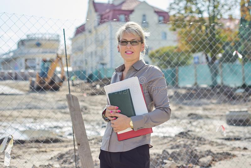 Utomhusporträtt av en mogen kvinna i företaget, stenläggning arkivfoto
