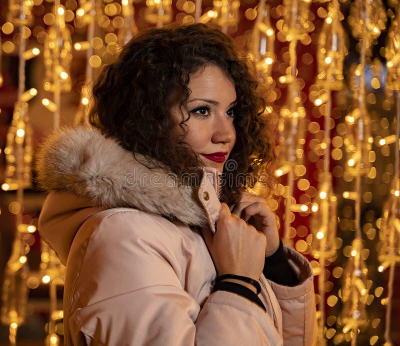 Utomhusskott för unga vuxna kvinnor i vinterjacka royaltyfri foto