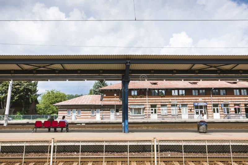 Utomhusvy av tågstationen i Campina, Rumänien fotografering för bildbyråer