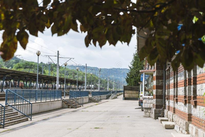 Utomhusvy av tågstationen i Campina, Rumänien royaltyfria bilder