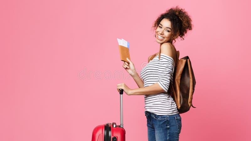 utomlands l?pa Lycklig afro- kvinna med passet fotografering för bildbyråer