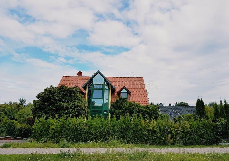 Utonięcie domu na zieleni pod niebieskim niebem obrazy royalty free