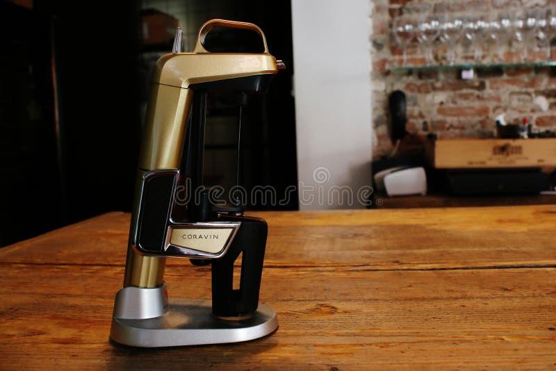 Utrecht, нидерландский 10-ое марта 2019: инструмент Coravin сомелье запатентовал систему вина для лить вина без извлекать пробочк стоковые изображения
