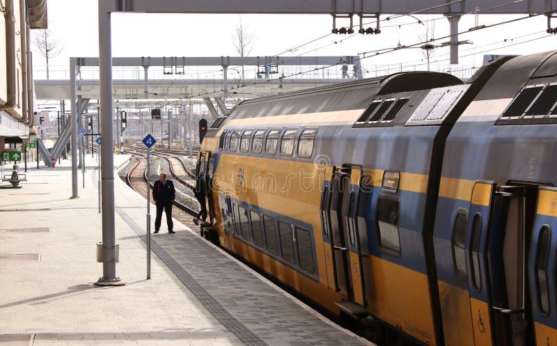 Utrecht, Нидерланд, 8-ое марта 2019: желтый поезд или междугороднее готовое уйти от NS или spoorwegen nederlandse стоковые фото