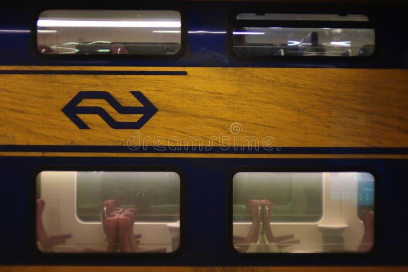 Utrecht, Нидерланд, 15-ое февраля 2019: Взгляд грязного поезда от пустое междугороднего NS стоковые фотографии rf