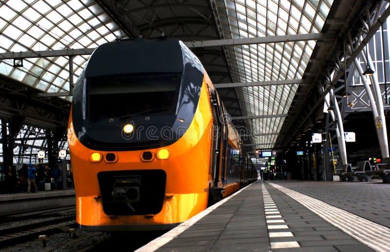Utrecht, Нидерланд, 15-ое февраля 2019: Задний взгляд желтого поезда междугороднего от ns стоковое фото rf