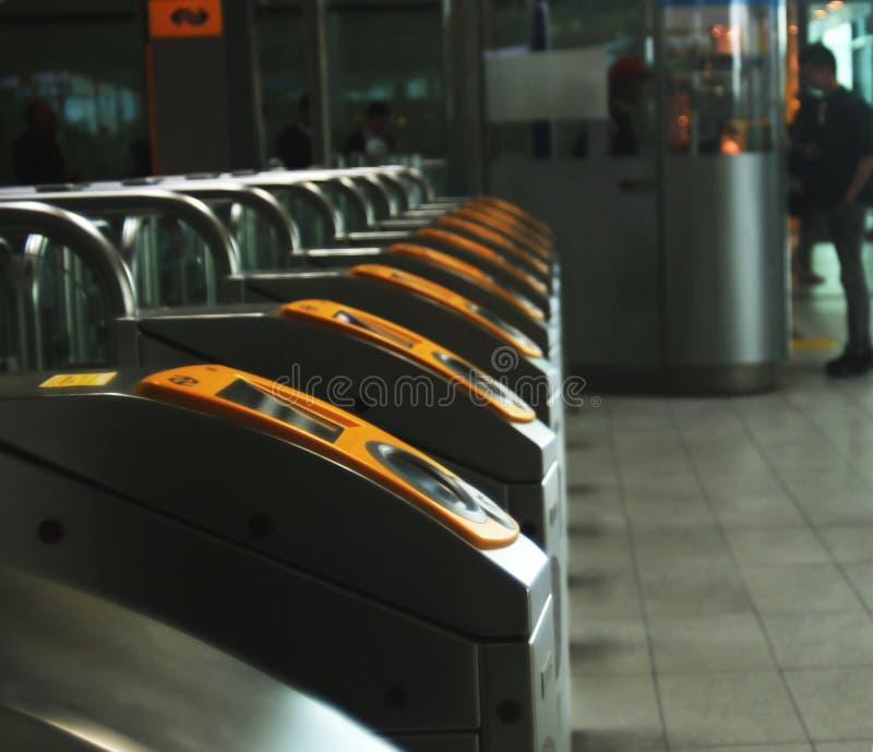 Utrecht, Нидерланд, 15-ое февраля 2019: sideview checkin и заканчивать связь ворота центрального вокзала NS utrecht стоковая фотография rf