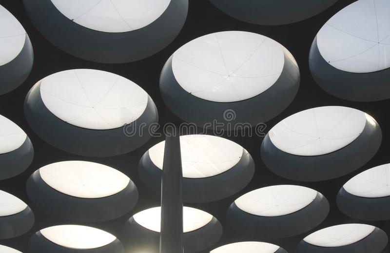 UTRECHT, НИДЕРЛАНД - 20-ОЕ ОКТЯБРЯ 2018: футуристическая крыша торгового центра Hoog Catharijne стоковые изображения rf
