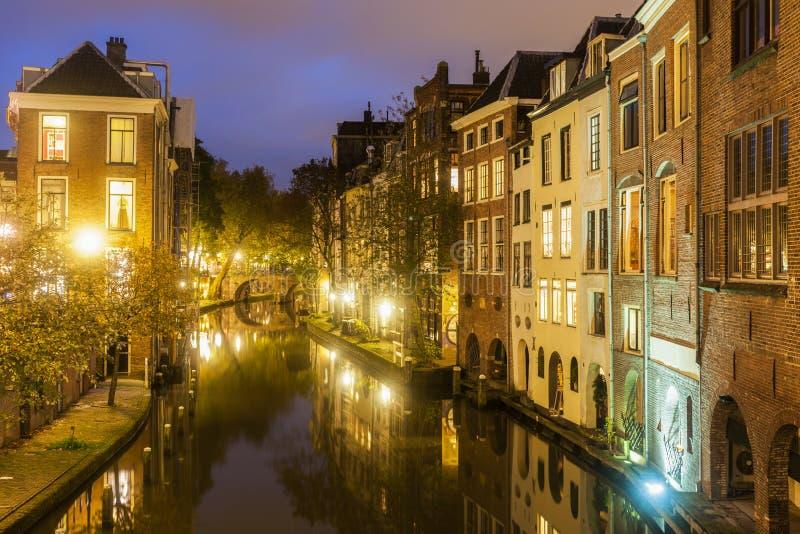 Utrecht arkitektur längs kanalen fotografering för bildbyråer