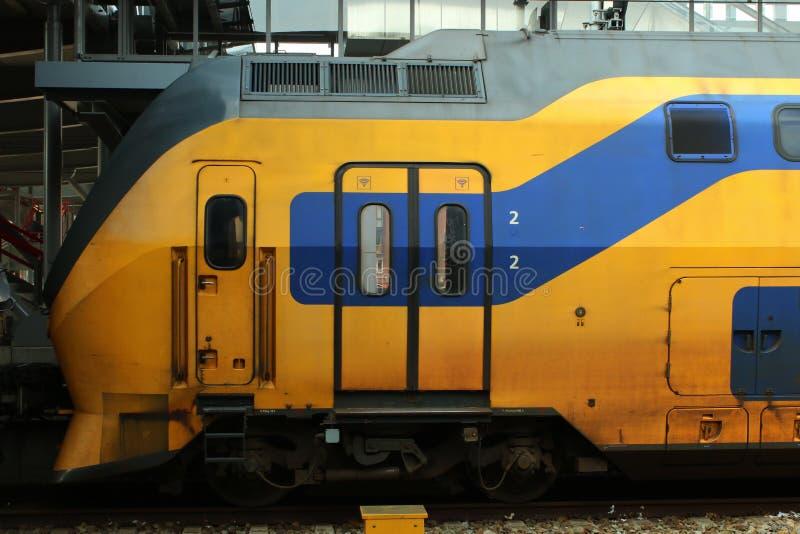 Utrecht, die Niederlande, am 8. März 2019: Intercity-, ein gelber Zug, der erste Lastwagen und Zug stockfoto