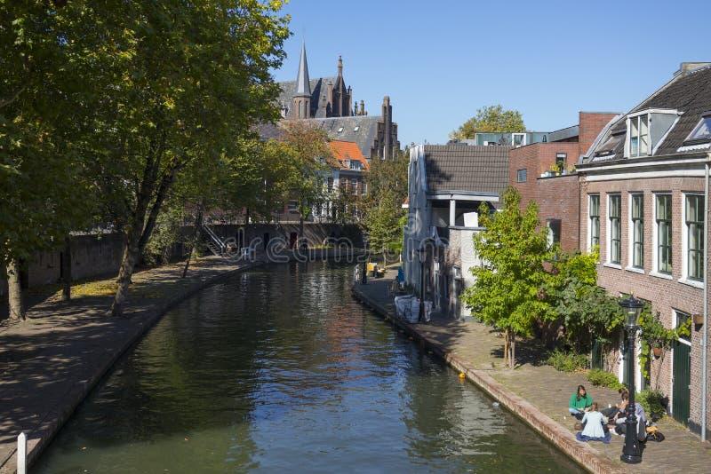 Utrecht, die Niederlande - 27. September 2018: Studenten, die nea sich entspannen lizenzfreie stockbilder
