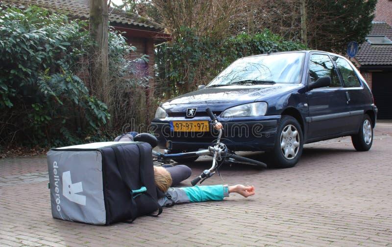 Utrecht holandie, Luty 19, 2019: wypadek samochodowy z deliveroo freelancer który można mieć ubezpieczenie obrazy stock