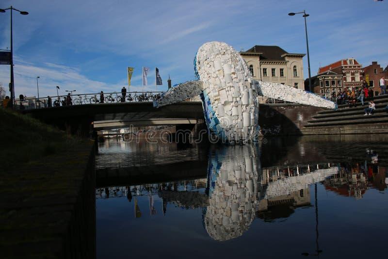 Utrecht, los Países Bajos, el 24 de febrero - 2019, ballena hecha de basura plástica en el canal contra la contaminación imagenes de archivo
