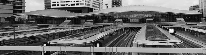 Utrecht Nederländerna, Februari 15, 2019: Svart vit panorama av den Utrecht centralstationen, i Nederländerna royaltyfri bild