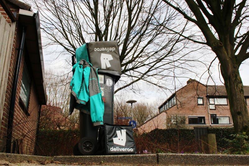 Utrecht, Nederland, 19 Februari, 2019: Deliverootoestel in het afval na vorige dag van het werk wordt geworpen dat royalty-vrije stock afbeeldingen