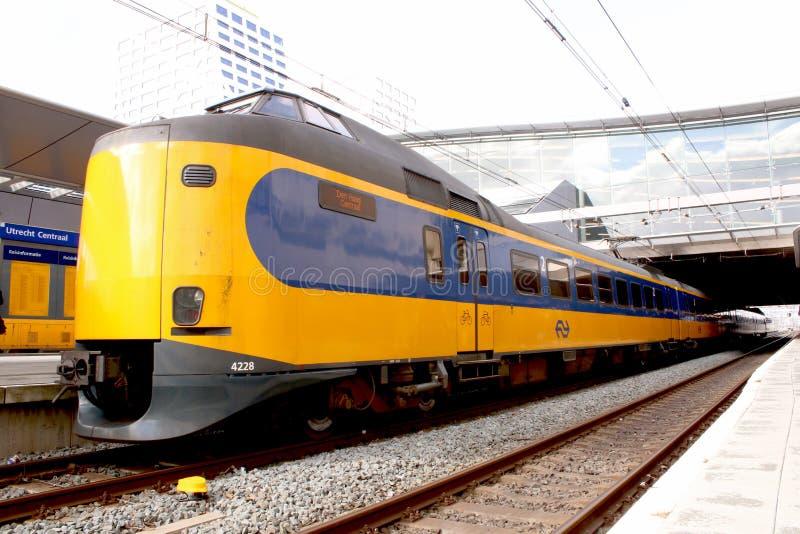 Utrecht, Nederland, 8 Maart, 2019: gele trein, interlokale klaar om van NS of nederlandse spoorwegen te vertrekken stock fotografie
