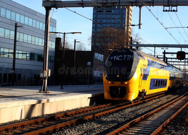 Utrecht, Paesi Bassi, il 15 febbraio 2019: Arrivare interurbano al binario alla stazione centrale di Utrecht, NS fotografie stock