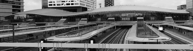 Utrecht, Paesi Bassi, il 15 febbraio 2019: Panorama bianco nero della stazione centrale di Utrecht, nei Paesi Bassi immagine stock libera da diritti