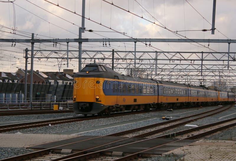 Utrecht, Paesi Bassi, l'8 marzo 2019: treno o interurbano giallo dal NS e ferroviario fotografie stock