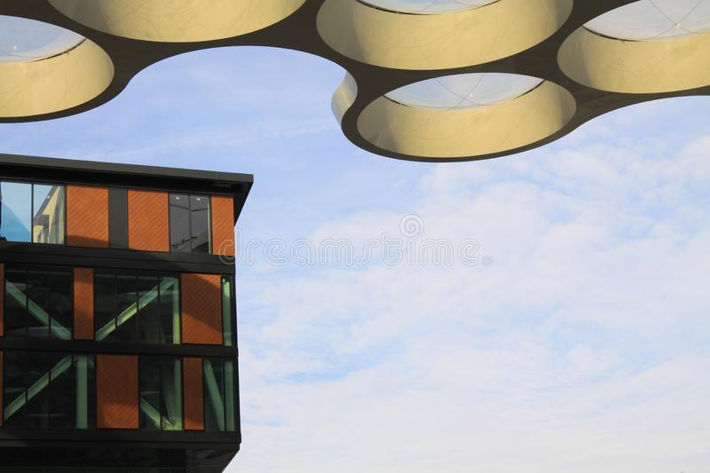 UTRECHT SOM ÄR NEDERLÄNDSK - OKTOBER 20, 2018: futuristiskt tak av shoppinggallerian Hoog Catharijne royaltyfria foton