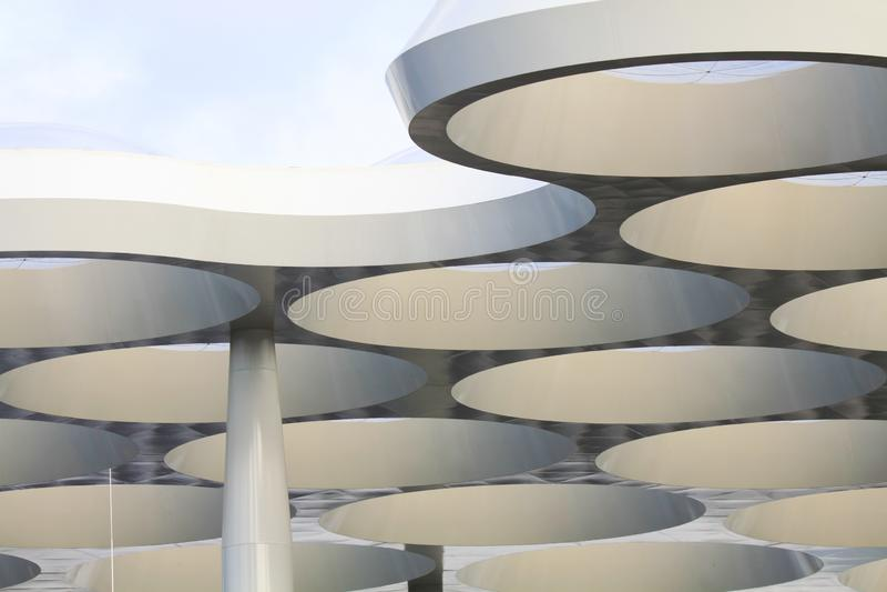 UTRECHT SOM ÄR NEDERLÄNDSK - OKTOBER 20, 2018: futuristiskt tak av shoppinggallerian Hoog Catharijne arkivbild