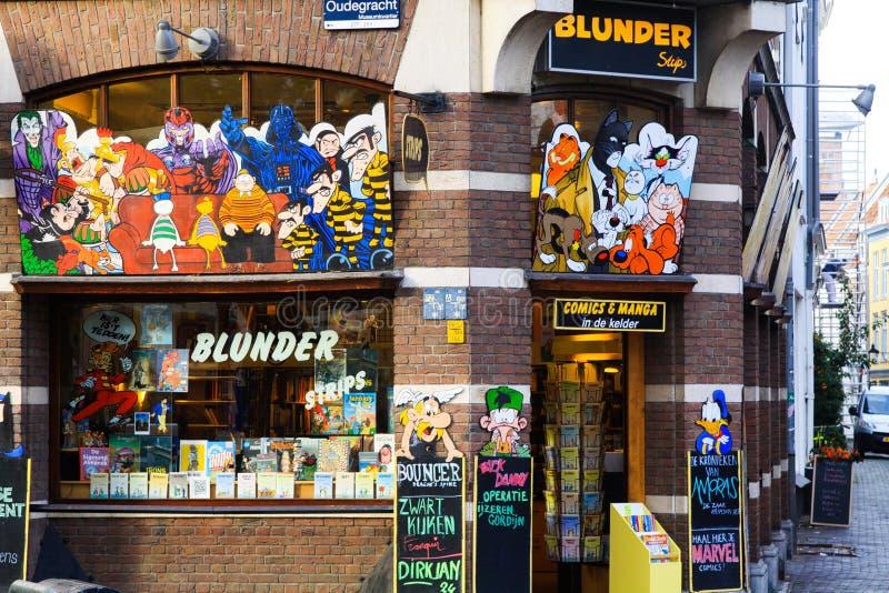 UTRECHT SOM ÄR NEDERLÄNDSK - OKTOBER 20 2018: Sikten på fasad för tegelstenvägg av shoppar sälja mangas och komiker royaltyfria foton