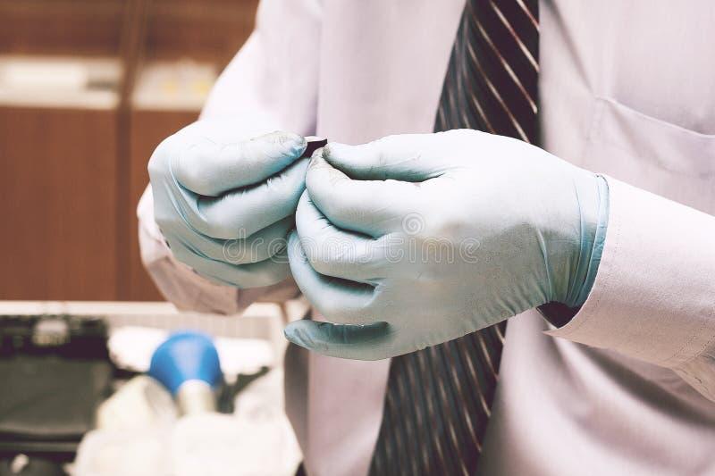 Utredaren tar fingeravtryck från misstänkten i brottet Utredning är ett brott brott royaltyfri foto
