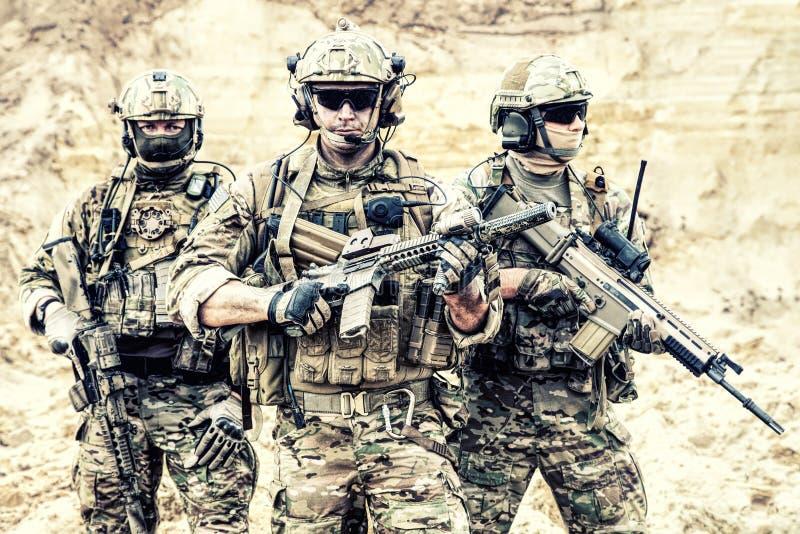 Utrustad elit tvingar soldater i stridberedskap royaltyfria bilder