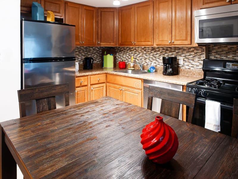 Utrustad tabell för kaffebryggare för kylskåp för kökgasugn royaltyfri foto